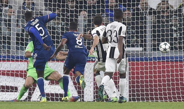 Corentin Tolisso (č. 8) z Lyonu střílí vyrovnávací gól do sítě Juventusu.