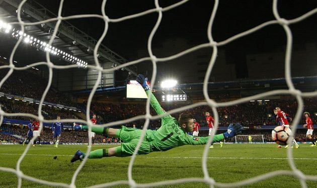 Brankář Manchesteru United David de Gea nedosáhl na střelu Kantého a Chelsea slaví postup do semifinále FA Cupu.