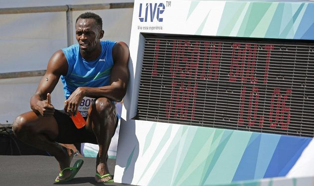 Jamajčan Usain Bolt pózuje u svého času 10:06, který zaběhl exhibici na slavné brazilské pláži Copacabana.