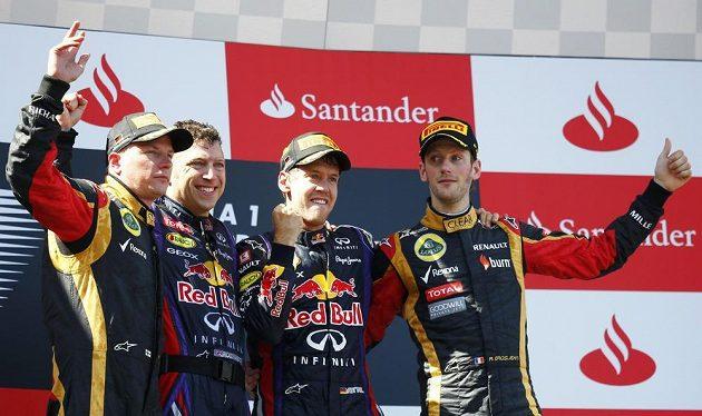 Stupně vítězů - Sebastian Vettel (druhý zprava), Kimi Räikkönen (vlevo) a Romain Grosjean (vpravo).