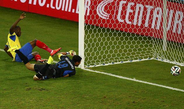 Ekvádorský útočník Enner Valencia (vlevo) překonává brankáře Hondurasu Noela Valladarese.