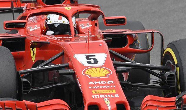 Sebastian Vettel nezvládl mokro a skončil v bariéře při Velké ceně Německa, přitom si jel pro první místo.