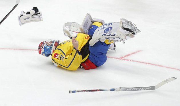 Brankář švédské hokejové reprezentace Lars Johansson leží na ledě během utkání Channel One Cupu s Ruskem.