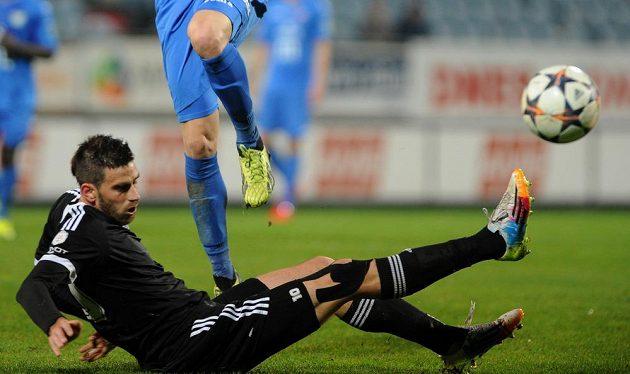 Českobudějovický Michal Klesa odehrává míč v duelu s Baníkem Ostrava.