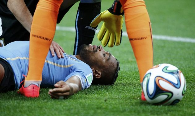 Uruguayec Alvaro Pereira byl po střetu s kolenem Raheema Sterlinga (není na snímku) otřesen, ale pokračoval ve hře.
