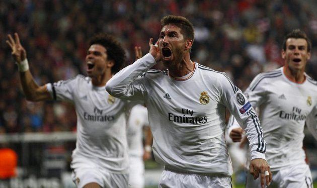 Sergio Ramos (uprostřed) se spoluhráči z Realu Pepém (vlevo) a Garethem Balem slaví svoji trefu do sítě Bayernu v semifinálové odvetě Ligy mistrů.