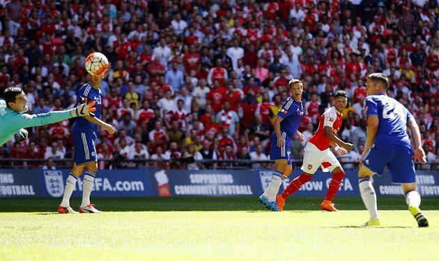 Alex Oxlade-Chamberlain z Arsenalu (druhý zprava) střílí gól brankáři Chelsea Thibautu Courtoisovi.