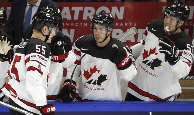 Colton Parayko se raduje s kanadskou střídačkou z trefy proti Rusku.