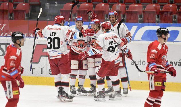 Hráči Hradce Králové se radují z gólu.