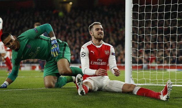 Aaron Ramsey z Arsenalu v utkání proti PSG.