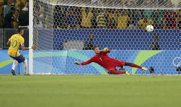 Neymar proměňuje vítěznou penaltu v rozstřelu olympijského finále.