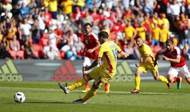 Bogdan Stancu z Rumunska otevřel z penalty skóre zápasu proti Švýcarsku.