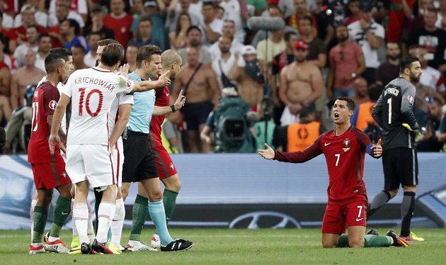 Cristiano Ronaldo se doprošuje pokutového kopu, ale sudí Felix Brych je jiného názoru.
