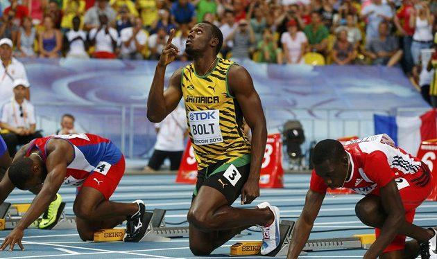 Jamajčan Usain Bolt zakleká do bloků v rozběhu stovky na MS v Moskvě.