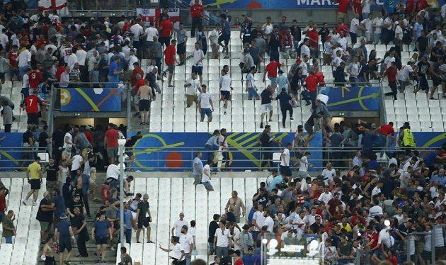 Angličtí fanoušci se snaží utéct ze stadiónu kvůli útokům ruských příznivců.