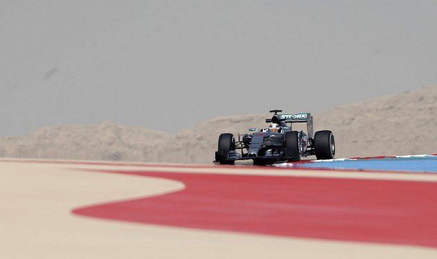Lewis Hamilton ze stáje Mercedes při prvním měřeném tréninku na Velkou cenu Bahrajnu vozů formule 1.