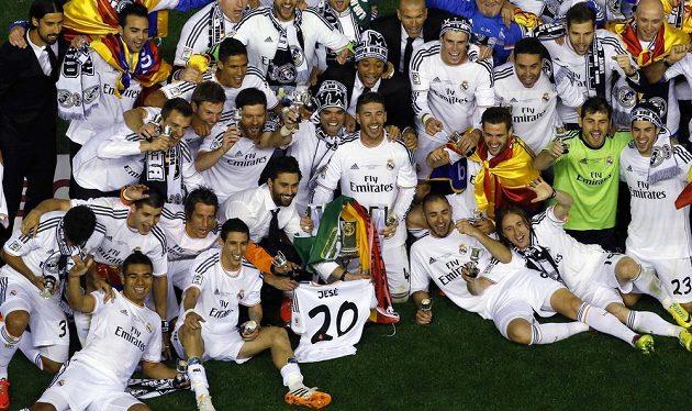 Fotbalisté Realu Madrid s trofejí pro vítěze Španělského poháru.