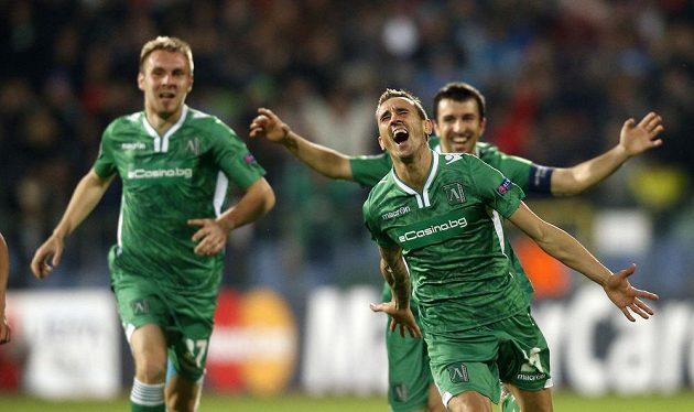 Bulharský fotbalista Jordan Minev (vpředu) se raduje z vítězného gólu proti Basileji v Lize mistrů.