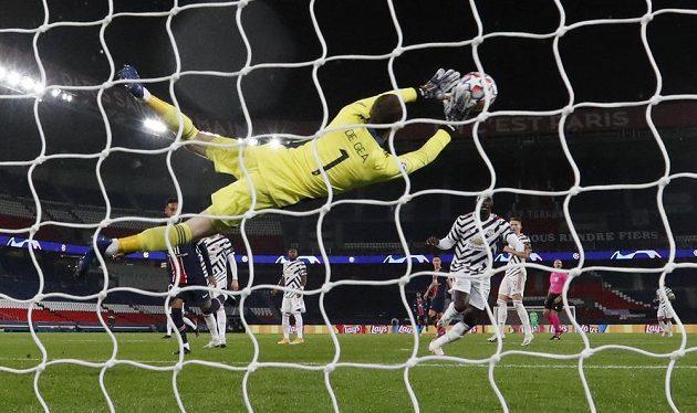 Brankář Manchesteru United David de Gea zasahuje v utkání Ligy mistrů v Paříži.