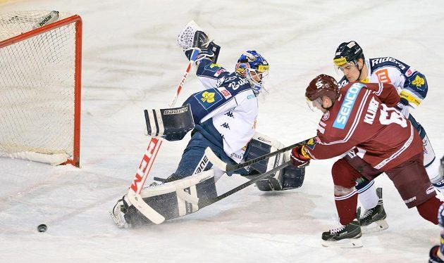 Zleva brankář Daniel Dolejš z Vítkovic, Lukáš Klimek ze Sparty a Peter Čerešňák z Vítkovic v utkání 37. kola hokejové extraligy.