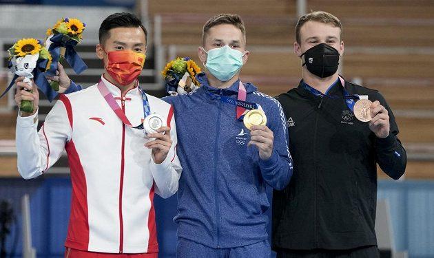 Zleva Tung Tung z Číny, zlatý medailista Ivan Litvinovič z Běloruska a bronzový Dylan Schmidt z Nového Zélandu.
