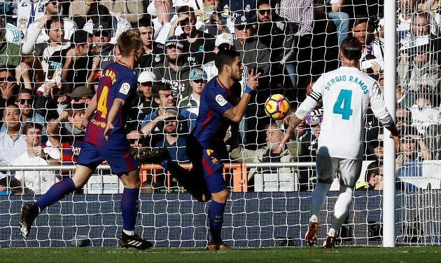 Míč se třepotá v síti a Luis Suárez (uprostřed) se raduje z prvního gólu Barcelony.