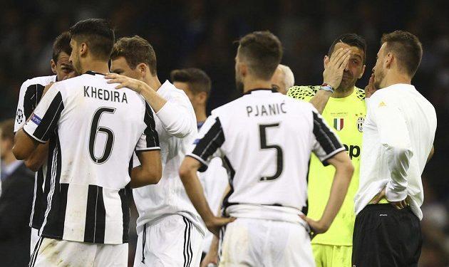 Zklamaní a frustrovaní hráči Juventusu po finálové prohře.