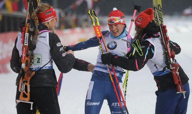 Obrovská radost české biatlonové štafety po vítězství v Ruhpoldingu. Druhá zprava je finišmanka Veronika Vítková.