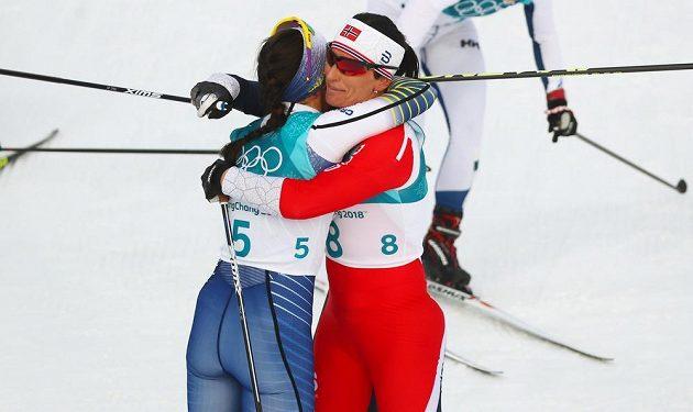 Marit Bjoergenová z Norska a Švédka Charlotte Kallaová v cíli.