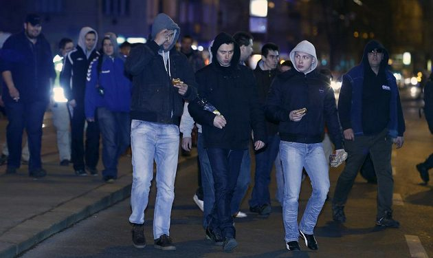 Příjezd fanoušků ostravského Baníku na pražské nádraží Vršovice.