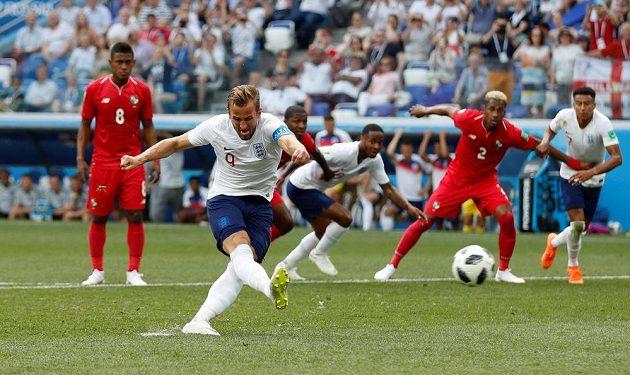 Anglický útočník Harry Kane proměňuje penaltu proti Panamě.
