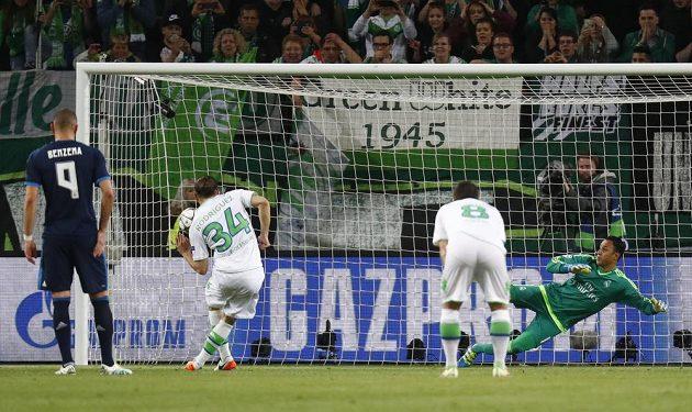 Wolfsburský Ricardo Rodriguez dává z penalty úvodní gól proti Realu Madrid.