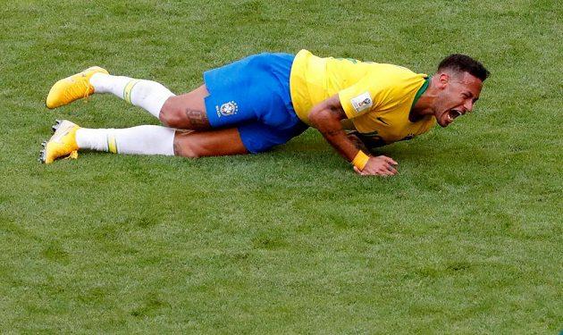 Brazilská hvězda Neymar na trávníku.