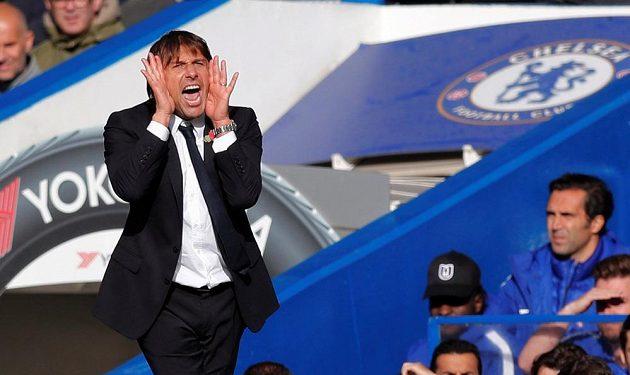 Manažer Chelsea Antonio Conte udílí pokyny během utkání Premier League s Watfordem.