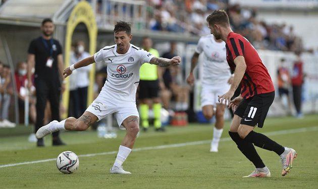 Zleva Milan Petržela ze Slovácka a Connor Ruane z Lokomotivu během utkání Konferenční ligy.