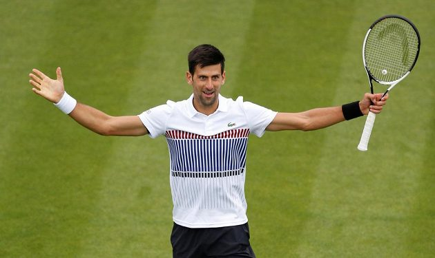 Novak Djokovič se raduje z výhry na turnaji v Eastbourne.