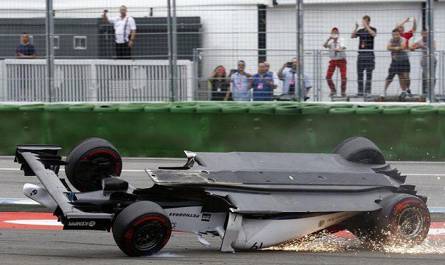 Od vozu Felipeho Massa jiskry jen sršely.
