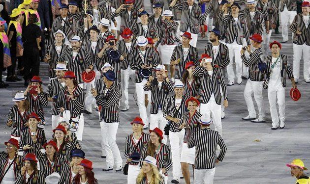 Česká výprava sportovců na ploše stadiónu Maracaná během slavnostního zahájení olympijských her v Riu.
