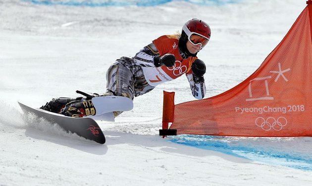 Ester Ledecká při jízdě v osmifinále olympijského závodu v paralelním obřím slalomu.
