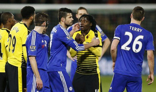 Diego Costa z Chelsea v hádce s Juanem Carlosem Paredesem z Watfordu.