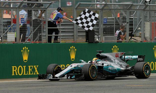 Lewis Hamilton v cíli GP Británie.