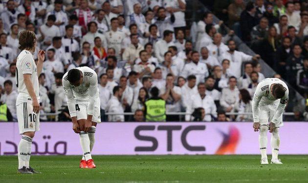 Fotbalisté Realu Madrid poté, co inkasovali úvodní gól od Barcelony.