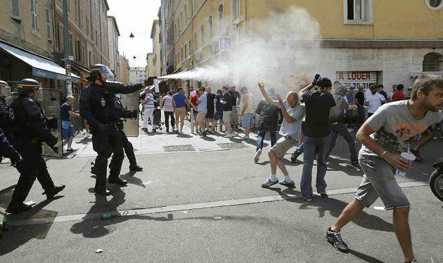 Policisté používají proti fanouškům i slzný plyn.
