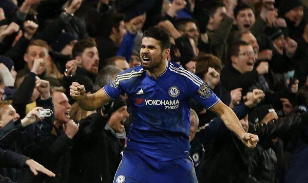 Španěl Costa oslavuje vyrovnávací branku v duelu Chelsea s Manchesteru United