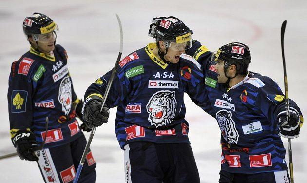 Hráči Liberce se radují z gólu na vítkovickém ledě.