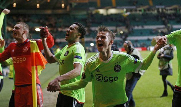 Fotbalisté Ajaxu i s českým mladíkem Václavem Černým oslavují tříbodový zisk v Celtic Parku.