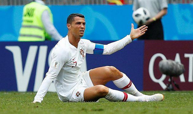I v takových pozicích fanoušci Cristiana Ronalda znají. Portugalec gestikuluje poté, co skončil v utkání na MS na zemi po jednom ze zákroků Maročanů.