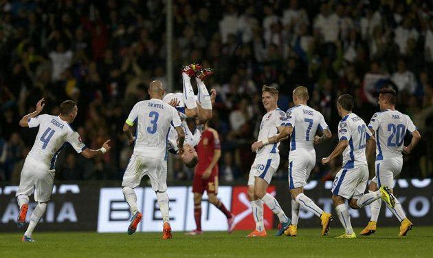 Juraj Kucka (třetí zleva) se raduje se svými spoluhráči ze Slovenska z branky, kterou vstřelil Španělsku.