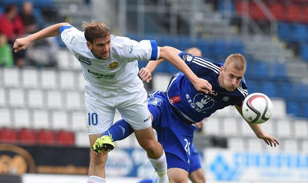 Tomáš Poznar ze Zlína (vlevo) a Uroš Radaković z Olomouce bojují o míč.