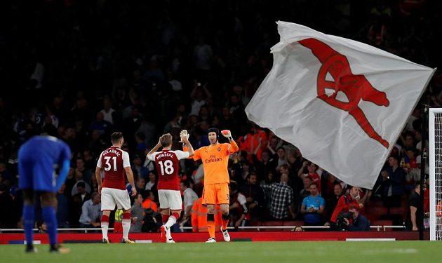 Brankář Petr Čech, Nacho Monreal a Sead Kolašinac se radují z výhry Arsenalu nad Leicesterm.